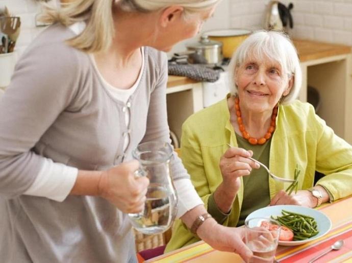 уход за стариками в доме для престарелых